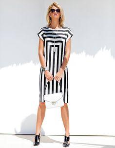 Das gestreifte Sommerkleid ist dank des Grafikdesigns ein eleganter Hingucker für moderne Trendauftritte.