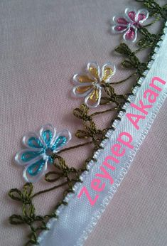 This post was discovered by Sema Güngör. D iscover (and save!) your own Posts on Unirazi. Beaded Flowers, Diy Flowers, Crochet Flowers, Filet Crochet, Crochet Stitches, Crochet Edgings, Crochet Unique, Tatting Patterns, Needle Lace