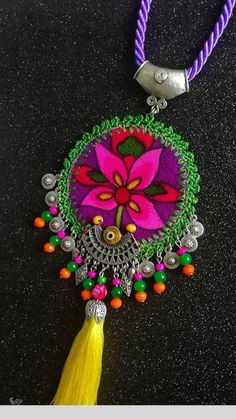 Sac Tutorial and Ideas Textile Jewelry, Fabric Jewelry, Fabric Necklace, Boho Necklace, Handmade Necklaces, Handmade Jewelry, Collar Hippie, Weird Jewelry, Crochet Flower Tutorial