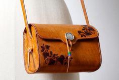 Overview:Design: Vintage Leather Women shoulder bag crossbody bag satchel bagIn Stock: days For MakingInclude: Only shoulder BagCustom: NoColor: CamelLeather: Vegetable tanning x x / x x NoneStyle: Vintage Women Leather Shoulder Bag V Leather Clutch Bags, Leather Purses, Leather Handbags, Leather Totes, Leather Bags Handmade, Handmade Purses, Leather Shoulder Bag, Shoulder Bags, Bag Sale