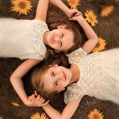 I Spent 3 Years Perfecting My Photography Skills, And Here Are My 85 Best Children's Photos - Quick 5 minutes DIY Ideas Sibling Photography Poses, Little Girl Photography, Sister Photography, Poses Photo, Friendship Photoshoot, Mother Daughter Pictures, Sister Poses, Little Girl Photos, Family Picture Poses