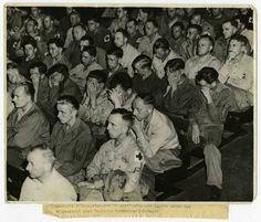 Soldati tedeschi davanti all'Olocausto - La reazione di alcuni prigionieri di guerra tedeschi obbligati a guardare un video sui campi di concentramento nazisti, in una base americana. La foto è stata scattata in Germania nel 1945