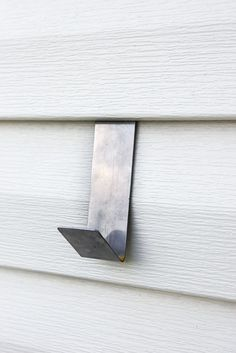 Sharing is quick tip for how to hang decor on vinyl siding without damage. The other day, when I shared our big (well, technically little) patio reveal, I got LOTS… Hanging Christmas Lights, Outdoor Hanging Lights, Outdoor Wall Art, Outdoor Walls, Outdoor Decor, Outdoor Lighting, Outside House Decor, Patio Wall Decor, Metal Siding