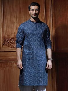 In this collection we have collected most beautiful and stylish mens kurta designs for eid ul fitr and eid ul adha. Hope you will like these Eid dresses. Kurta Pajama Men, Kurta Men, Boys Kurta, Indian Men Fashion, Mens Fashion Blog, Best Indian Wedding Dresses, Gents Kurta Design, Kurtha Designs, Blazer Outfits Men