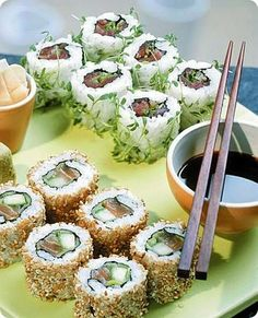 Ura maki with tuna and salmon Sushi Co, My Favorite Food, Favorite Recipes, A Food, Food And Drink, Japanese Food Art, Sushi Time, Easy Delicious Recipes, Eat Smarter