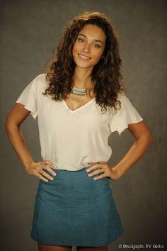 Débora Nascimento usa o corte mais desfiado para dar forma e definição aos cachos