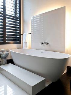 zwarte shutters and bath