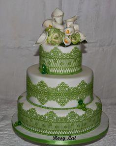 Torta alla vaniglia con crema diplomatica e fragoline di bosco           Calle e rose in pasta di gomma                   Confetti decor...
