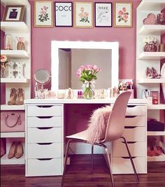 5 mars 2020 - What can be more feminine and romantic than a dressing table? There was a time when he was an infallible in a woman's bedroom. When wearing ornaments on the head Vanity Makeup Rooms, Makeup Room Decor, Closet Vanity, Vanity Room, Makeup Vanities, Vanity Decor, Mirrored Bedroom Furniture, Bedroom Decor, Scandinavian Dressing Tables