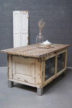 WWW.OLD-BASICS.NL: Keukeneiland 10014 - Prachtig oud keukeneiland met een geleefde uitstraling. De metalen poten geven het meubel een stoere look. Achter de glazen deuren zit één grote legplank. Ook leuk om te gebruiken als toonbank in een winkel! VINTAGE KITCHEN SHABBY CHIC