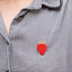 Broche fraise 211 - en perles miyuki modèle déposé ! merci de citer #motifblackpearl visible sur instagram @b_l_a_c_k_p_e_a_r_l
