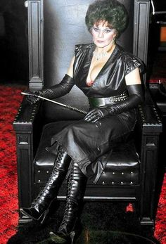 Beautiful Old Woman, Beautiful Ladies, Leder Outfits, Female Supremacy, Erotic Photography, Sexy Older Women, Dress Picture, Dominatrix, Leather Gloves