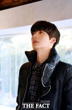 [Photo] 141110 Ahn Jae Hyeon (@AAGBan) being interviewed by The Fact  {cr:NaverNews}