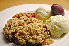Zwetschgen-Crumble (Rezept mit Bild) von dashonigkuchenpferd | Chefkoch.de Grains, Food And Drink, Rice, Sweets, Baking, Desserts, Cakes, Christmas, Plum Crumble