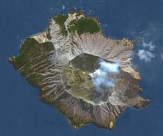 A powerful volcanic eruption has rocked New Zealand's White Island, a small uninhabited volcanic islet sticking up out of the sea in the Bay of Plenty, 50 kilometres offshore of the country's North Island. Stromboli Volcano, Maori Legends, Trapped Gas, Rock News, Active Volcano, Natural Phenomena, Need To Know, New Zealand, Island