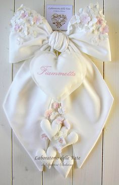 Laboratorio delle Fate: Fiocco Nascita Primavera Bimba Valentine's Day Gifts Ideas For Him & Her, home decor. Valentines Day Decorations, Valentine Crafts, Valentine Day Gifts, Sewing For Kids, Baby Sewing, Felt Crafts Patterns, Baby Door, Wreath Crafts, Baby Party
