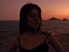 e como um par  o vento  e a madrugada iluminavam a fada do meu botequim  ph// @laurathire