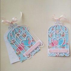Convites Jardim Encantado scrap em formato de gaiola Card Tags, Gift Tags, Cumpleaños Shabby Chic, Bird Party, Scrapbook Paper Crafts, Craft Party, Birthday Invitations, Wedding Cards, Baby Gifts