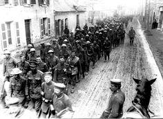La ofensiva de primavera alemana. Los primeros movimientos de prisioneros británicos marchan al oeste de St Quentin - Francia.
