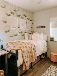 #dorm #ideas #decor #decorations #sorority Girl Dorm Decor, College Bedroom Decor, Room Ideas Bedroom, Fall Bedroom, College Dorm Rooms, Cozy Dorm Room, Cute Dorm Rooms, Dorm Room Themes, Dorm Design