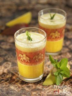Lassi: una deliciosa bebida hindú --  1 - 2  yogures naturales ;      Agua ;      Especias al gusto: canela, jengibre, cardamomo... ; Hojas de menta para decorar ;     Fruta troceada: mango y  plátano.