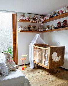 Quarto de bebê é um ambiente simples nas suas necessidades e complexo devido aos cuidados que a gente deve ter para a maior segurança e conforto da mamãe e bebê. Andei vendo umas fotos por aí que me preocuparam nestas questões, por isso resolvi alertar o pessoal que está decorando o quartinho. Vejam só...
