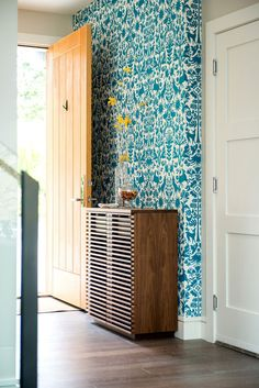 I'm not even a fan of wallpaper, but this if faaaab. - Runnymede Residence Victoria BC By Kyla Bidgood Interior Design Of Wallpaper, Beautiful Wallpaper, Accent Wallpaper, Bright Wallpaper, Pattern Wallpaper, Deco Design, Decoration Table, New Wall, Interiores Design