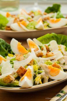 Caesar salad - Klassieke salade van romaine sla, hardgekookte eieren, knoflookcroutons en parmezaanse kaas. Verrassend vol en rijk van smaak.