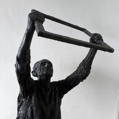 Všetko najlepšie Kolomanom! Toto meno mal aj významný umelec 20. storočia, rodák z Liptovského Mikuláša, Koloman Sokol, po ktorom nesie názov naša galéria. Jeho špecifický pohľad na svet zobrazil aj sochár Ján Frančák, ktorý stvárnil Kolomana Sokola pozerajúceho na svet cez rám obrazu ako odkazu na vytvorenie vlastného sveta Kaburaby. Socha v životnej veľkosti je umiestnená vo vestibule Galérie Kolomana Sokola v Liptovskom Mikuláši. Greek, Statue, Art, Kunst, Sculpture, Art Education, Artworks