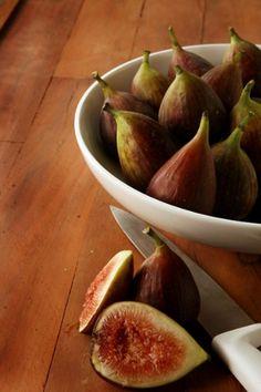 FICUS CARICA - Há mais de mil espécies de FIGO catalogadas no mundo, a maioria ornamental, para jardinagem. Entre os populares comestíveis está o FIGO ROXO (Ficus carica). Os dois países maiores produtores são TURQUIA e EGITO.