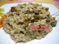 [Risotto con funghi porcini e salsiccia] Mettere 10-15 gr di funghi porcini secchi in acqua bollente finchè non saranno diventati morbidi. Scolarli e tenere da parte l'acqua. Tritare i funghi e soffriggerli in una casseruola con una salsiccia, uno spicchio d'aglio e olio extra vergine di oliva. Versare 250 gr di riso originario e tostare per qualche minuto. Aggiungere sale, pepe, l'acqua dei funghi filtrata e acqua bollente quanto basta per…