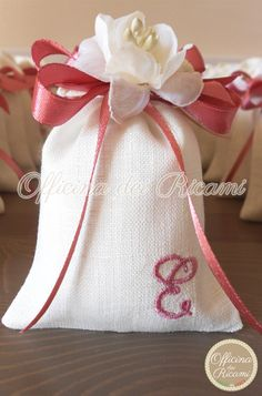 "#handcrafted #embroidered #wedding #favor #bags (sachets or boxes), customized with confetti in them, that you give away at #weddings | #bomboniere sacchetti #portaconfetti per #matrimonio completamente personalizzabili e made in Italy. Model: ""GELSOMINO"""