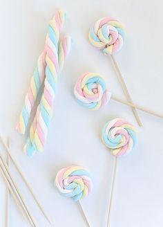 Os marsmallows são uma opção simples e barata para decorar a mesa de doces de uma festa. São coloridos e bastante versáteis. Os marsmallows podem ser usado