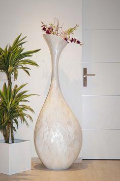 Eine extravagante und sehr elegante, mit Perlmutt veredelte Designervase.