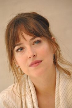 Hair Care Tips. Ideas for excellent looking hair. Your hair is without a doubt just what can define you as a person. To many people it is undoubtedly important to have a great hair do. Dakota Johnson Street Style, Dakota Johnson Hair, Dakota Mayi Johnson, Long Hair With Bangs, Brown Hair With Highlights, Grunge Hair, Hairstyles With Bangs, Hair Inspo, Your Hair