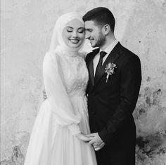 Muslim Wedding Photos, Muslim Wedding Gown, Muslimah Wedding Dress, Wedding Pics, Wedding Couples, Dream Wedding, Wedding Picture Poses, Wedding Couple Poses Photography, Wedding Headdress