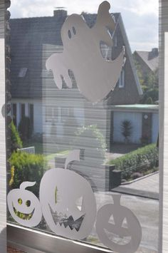Fensterdekorationen kosten meistens viel Geld, wenn man sie kauft, aber dabei kann man mit wenig Aufwand tolle Halloween Fenster Silhouetten selber machen!