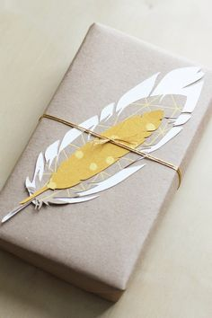 Feather-themed kraft packaging idea. Cute Gift Wrapping Ideas, Wrapping Gift, Gift Wraping, Creative Gift Wrapping, Christmas Gift Wrapping, Creative Gifts, Christmas Gifts, Wrapping Papers, Gift Ideas