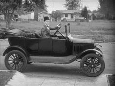 Successful buisness: In the the Ford Model-T revolutionized the United States by, for the first time, allowing lower income american's to purchase a car. Antique Cars, Vintage Cars, Henry Ford, Car Ford, Old Models, Old Trucks, Old Photos, Convertible, 1970s