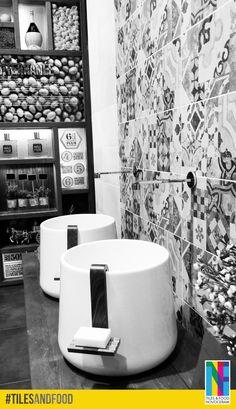 """Voici une salle de bain au style particulièrement méditerranéen accompagnée d'une décoration qui sent bon le soleil. Mais Attention, ne prenez pas notre pot d'huile d'olive pour un gel douche ! En savoir plus sur notre stand """"Tiles & Food Novoceram"""" : http://www.novoceram.fr/blog/evenements-novoceram/novoceram-stand-cersaie-2014  #TILESANDFOOD #CERSAIE2014"""