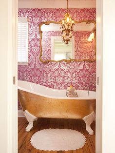 Would never think of this decor but something i like about it. What girl wouldn't want to have a gold bath tub?