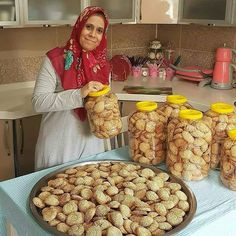 Image may contain: 1 person, food and indoor Ramadan Desserts, Kurdish Food, Cake Packaging, Arabic Food, Turkish Recipes, Lunches And Dinners, Food To Make, Cake Recipes, Food And Drink