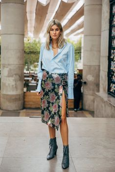Paris Fashion Week brings with it a promise to deliver the best in street style. It's like the attendees — the influencers, editors, and celebrities Cool Street Fashion, Paris Fashion, Girl Fashion, Fashion Outfits, Tokyo Fashion, Fashion Women, Camille Charriere, Spring Street Style, Fashion Advice