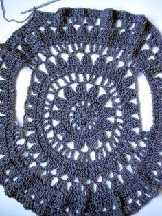 Colete redondo 4 Crochet Circle Vest, Crochet Poncho Patterns, Crochet Shawls And Wraps, Crochet Circles, Crochet Jacket, Crochet Blouse, Knit Crochet, Finger Knitting Projects, Hand Knitting