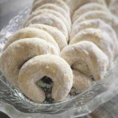 Mandulás hókifli, a megunhatatlan nasi :-) Hungarian Desserts, Hungarian Recipes, Cookie Recipes, Dessert Recipes, Baking And Pastry, Sweet And Salty, Winter Food, International Recipes, Food And Drink