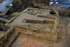 Lille Fives: découverte d'un château  le site aurait été occupé dès le Ier s avJ.C. (céramique,ossements d'origine animale,fosses découvertes dans une terre marécageuse). Le site fut également occupé au Moyen Âge (grandes fosses, probablement à usage artisanal). Il pourrait s'agir du château de la Phalecque, mentionné dans les archives(xvi è s)