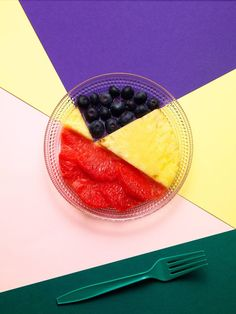 What a lovely and colorful still life editorial! Photographer Philip Karlberg simply shot fruits and graphic patterns for this gorgeous culinary hommage to late Swedish artist Olle Bærtling. Fruit Photography, Still Life Photography, Creative Photography, Product Photography, Object Photography, Photography Ideas, Mixed Grill, Graphic Patterns, Food Illustrations
