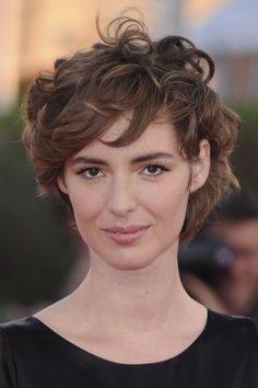 Les cheveux bouclés courts de Louise Bourgoin …