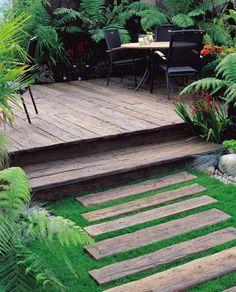 pas japonais, terrasse en bois composite et meubles de jardin en métal noir