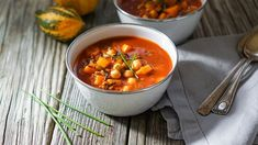 """Vegan chili, sugar-free cookies, superfood salad: Bring back """"healthy"""" to your kitchen even in winter with these 5 recipes. Bbq Chili Recipe, Chili Recipes, Slow Cooker Recipes, Vegan Recipes, Cooking Recipes, Pozole Recipe, Meals Under 500 Calories, Low Calorie Dinners, Vegetable Stew"""
